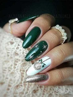 Beautiful green Christmas nails with white snowflakes and glitter design! Here are the best Christmas acrylic nails designs, cute Christmas nails and red Christmas nails 2018 that We've Cherry Picked, to act as an inspiration for you! Christmas Nails 2019, Xmas Nails, Holiday Nails, Red Nails, Christams Nails, Christmas Acrylic Nails, Xmas Nail Art, Simple Christmas Nails, Christmas Nail Polish