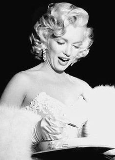 Marilyn Monroe at premiere for film How to Marry a Millionaire 1953 Marilyn Monroe Diamonds, Rare Marilyn Monroe, Marilyn Monroe Photos, Little Girl Lost, Cinema Tv, Gentlemen Prefer Blondes, Old Movie Stars, Lonely Heart, Female Actresses