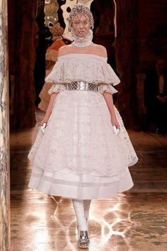 O Renascimento foi apresentado no desfile Alexander McQueen, onde a Rainha Elizabeth I, também conhecida como a Rainha Virgem, esteve representada.
