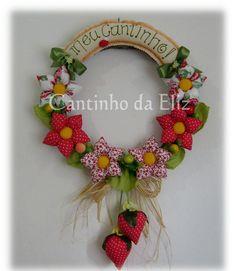 Guirlanda Média Morango GU17 Felt Crafts, Diy And Crafts, Arts And Crafts, Fabric Animals, Heart Wreath, Fused Glass Art, Door Wreaths, Fabric Flowers, Decoration