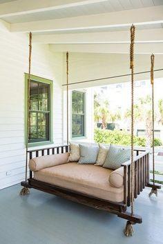 Große hängende Sitzschaukel auf der Veranda #Wohnidee