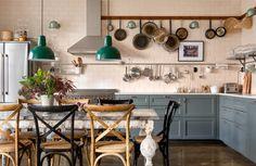 Bara för att ett kök ser exklusivt ut behöver det inte kosta hela inredningsbudgeten. Med eget kreativt tänk och viss hantverksinsats kan det bli så här fint, som hemma hos Karl och Lina.