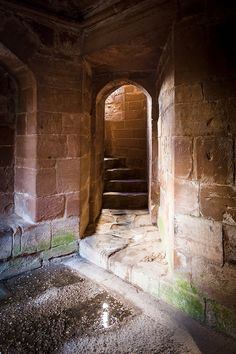 Medieval stairwell in Kenilworth Castle that was built in 1120s, and got a great historic period until the 19th century. It was the subject of the 6-month long Siege of Kenilworth in 1266, believed to be the longest siege in English history, and formed a base for Lancastrian operations in the War of the Roses. It was also the scene of the removal of Edward II from the English throne, the French insult to Henry V in 1414, and the Earl of Leicester's lavish reception of Elizabeth I in 1575.