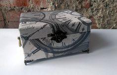 Krabička nebo šperkovnice vyrobena z lepenky, potažená velmi odolným papírem (omyvatelná) s tématikou hodin.  Víko i celý vnitřek je vyměkčený (uvnitř šedý samet).  Krabička stojí na čtyřech menších kovových nožkách, má dvě kovová kulatá madla a zavírá se na zámeček, to vše ve starozlaté barvě.   Rozměry : 20x15x10cm.  ( Dno 7 cm)