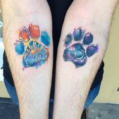 . . Motive für unsere lieben Vierbeiner, die wir ins Herz geschlossen haben Ein Pfotenabdruck von lebenden oder leider verstorbenen Tieren, sind eine wunderschöne Tattoo-Idee. Hunde, Katzen und andere Tiere hinterlassen vor allem in unseren Herzen ganz tiefe, emotionale Spuren. Da ist es auf jede…