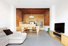 Salas de estilo minimalista por Vallribera Arquitectes  https://www.homify.com.co/foto/988060/57ali-reforma-y-ampliacion-de-casa-entre-medianeras-al-centro-de-terrassa