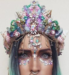 Mermaid Festival Makeup Look Festival Outfits, Festival Fashion, Shell Crowns, Look Festival, Fleurs Diy, Mermaid Crown, Mermaid Headpiece, Mermaid Shell, Crystal Crown