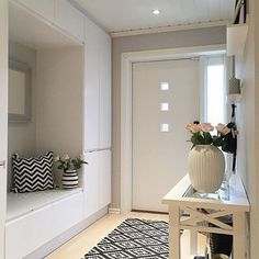 48 Adorable Small Entryway Makeover Decor Ideas Domed ceilings, open entryways, and big doors are ideal for houses close to the beach. Hallways are narrower than the typical room. Leather sofa suites are a great choice for any home. You will als… Design Entrée, Flur Design, House Design, Layout Design, Casa Mix, Home Interior Design, Interior Decorating, Hallway Storage, Entry Hallway