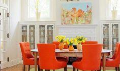 В частном доме сделана столовая в оранжевом цвете. Для облицовки стен используется декоративная штукатурка в белом цвете. Камин выложен лепным декором. С обеих сторон камина встроенные буфеты с зас...