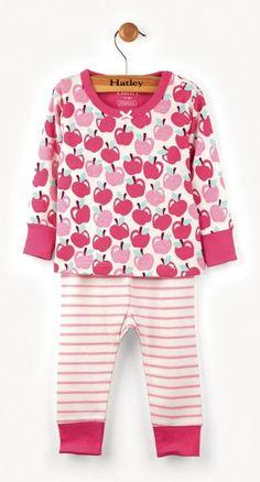 2-delige meisjes pyjama appels van het kinderkleding merk Hatley. Een meisjes pyjama uit 2 delen met een beige t-shirt met daarop een all over print van licht en donker roze appels. De ronde hals en de uiteinde van de mouwen zijn afgewerkt in het roze.  De broek heeft een beige kleur en is roos gestreept.