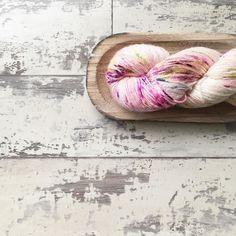 Para días grises madejas llenas de color  . #lana #lanas #yarn #yarnlove #litlg #lifeinthelonggrass #knitlife #yarninspiration #knit #knitting #punto #tricot #tejer #crochet #ganchillo #ohlanas #madejashechasconamor #lanasconhistoria