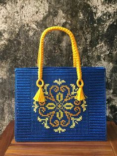 Bolsa canvas  Flor Mandala Plastic Canvas Stitches, Plastic Canvas Crafts, Broderie Bargello, Homemade Bags, Mandala Canvas, Bag Pattern Free, Embroidery Bags, Canvas Designs, Tapestry Crochet