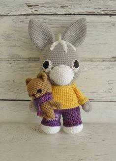 Liebevoll gehäkelter Eselchen **TROTRO** und sein Teddy suchen ein neues Zuhause **TROTRO** ist ein kleiner Esel, aber mit dem Kopf voller Ideen. Er weiß genau was er mag und was er überhaupt...