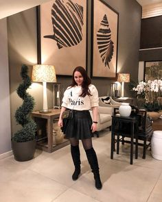 ROXANE - Style : A Parisian chic outfit featuring a cream A Paris pullover, a black pleated leather skirt, black overknee boots and a Night&Day bag by De Marquet. Parisian Chic, Day Bag, Day For Night, Over The Knee Boots, Chic Outfits, Chloe, Leather Skirt, Pullover, Cream