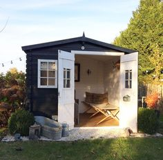 Cheap wooden garden shed: how to beautify it easily Ces jardins rien sont marche seulement contre ces pelouses apr Garden Pool, Balcony Garden, Shed Exterior Ideas, Garden Online, Garden Tool Storage, She Sheds, Garden In The Woods, Summer Kitchen, Wooden Garden