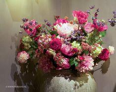 Parvani | Zijden bloemen van Silk-ka, de groenige pot is van Brynxz.