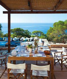 Un mirador privilegiado  Con el mar de fondo y entre pinos. ¿Te vienes a Ibiza? ¡Entra! Con unas vistas asi no hace falta nada mas