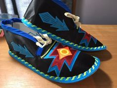 Powwow Beadwork, Powwow Regalia, Native Fashion, Native American Fashion, Applique Patterns, Beading Patterns, Indian Diy, Native American Artwork, Beaded Moccasins