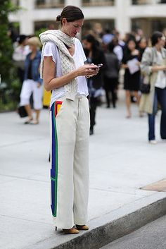J. Crew's President and Executive Creative Director, Jenna Lyons wears an Irish knit sweater as a scarf over a light grey tee and stone slacks with color accents Casual Chique, Casual Elegance, Jenna Lyons, Color Accents, Styles Urbains, Grey Tee, Style Snaps, Work Fashion, I Love Fashion