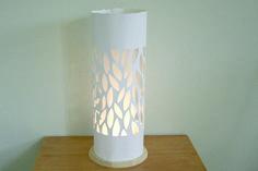 Todos sabemos que las lámparas son una de las piezas decorativas que no pueden faltar en el hogar. No solo nos dan la luz que precisamos sino que aportan estilo a nuestra decoración. Por eso, en el día de hoy te contamos como hacer esta lámpara muy delicada con pantalla calada.Materiales:Disco de madera con instala
