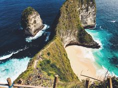 Kelingking Beach Bali ☀️  #kelingkingbeach #bali #nusapenida #travellife #travel #backpacking #backpackingbali #friends #fun #sea #mountain #hike #indonesia
