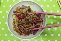 massa chinesa com rebentos de soja, pimento vermelho, feijão verde, cebola, vaca, cenoura e...