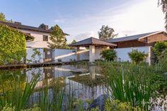 Ein Schwimmteich mit Badehaus und Whirlpool. Swimming in natural Water - swimming pool Gartenplanung - Gardendesign Renate Waas