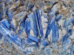"""""""Uma das pedras mais especiais com a qual podemos contar é a Cianita Azul. Seu mito de utilização é voltado à """"Proteção Divina"""" assoc..."""