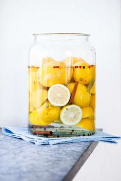 Man kan lägga in citroner på många olika sätt, just den här varianten kommer från Marocko. Använd den som friskt tillbehör till kryddiga rätter. Preserves, Vegetables, Food, Lemon, Preserve, Preserving Food, Veggie Food, Vegetable Recipes, Meals