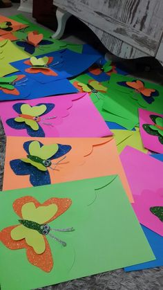 Would you like to learn how to decorate beautiful folders for your children's school? Paper Flowers Craft, Flower Crafts, Paper Crafts, Summer Crafts, Diy And Crafts, Crafts For Kids, Class Decoration, School Decorations, Bulletins