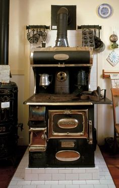 Guide to Vintage Appliances antiques - My grandma made the best pies ever on a stove similar to this one.antiques - My grandma made the best pies ever on a stove similar to this one. Wood Burning Cook Stove, Wood Stove Cooking, Kitchen Stove, Old Kitchen, Vintage Kitchen, Kitchen Appliances, Gas Stove, Kitchen Utensils, Slate Appliances
