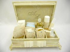 Linda caixa kit toillet com bordado na tampa e pés em metal dourado. Incluso produtos e embalagens personalizadas. Sua festa ficará linda! R$ 329,99