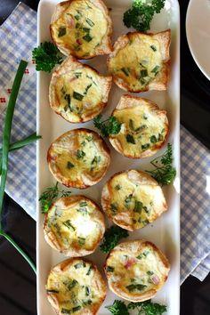 Vielä on jokunen viime kuun lopulla vietettyjen synttärijuhlien tarjottava laittamatta tänne. Tässä on viimein suolaisista tarjottavista eli pikkupiiraat. Tällaiset pienet piiraat ovat ihania tarjottavia juhlien lisäksi myös arkena. Ne ovat yleensä mukavan kokoisia ja täytteeksi käy samat kuin isomp… Bruschetta, Baked Potato, Potatoes, Dishes, Baking, Breakfast, Ethnic Recipes, Food, Beautiful