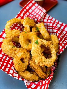 air fryer crispy onion rings in a bowl with a red wrapper Onion Rings Air Fryer, Air Fryer Recipes Onion Rings, Air Fryer Oven Recipes, Air Fryer French Fries, Homemade French Fries, Buttermilk Recipes, Crispy Onions, Vidalia Onions, Bloomin Onion