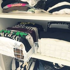 Small Apartment Organization, Organisation Hacks, Closet Organization, Closet Storage Bins, Extra Storage Space, Storage Spaces, Small Apartment Bedrooms, Small Apartments, Bedroom Pictures