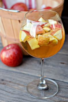 All the drinks listed sound amazing! Caramel Apple Sangria {and 10 more delicious Halloween Cocktails} Carmel Apple Sangria, Fall Sangria, Sangria Cocktail, Sangria Recipes, Cocktail Recipes, Drink Recipes, Cookbook Recipes, Cooking Recipes, Cocktails Halloween