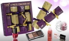 Chaque cracker est rempli d'un mini-article de maquillage et ajoutera une touche festive le jour de Noël