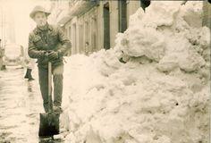 """""""Día de San Esteban de 1962,  sacando la nieve para que pudiera pasar el camión que traía la harina para el horno. Barcelona""""."""