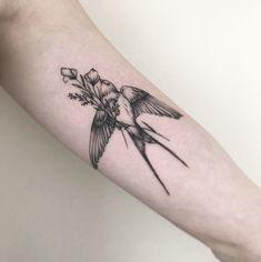 Tatuagem criada por Pétala Cavalcanti de Curitiba. Passarinho segurando flor no bico.
