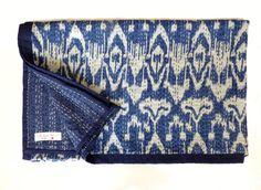 Schöne Indigoblau gedruckt Ikat-Tagesdecke, die dieser Stoff mit nur zwei Schichten Baumwolle erfolgt, die zusammen mit kleinen Stichen, bekannt