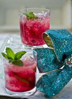 Nếu là một fan của Mojito, các bạn cũng đừng quên thử nghiệm vị hibiscus trong ly mojito huyền thoại nhé. http://thaomoc.com.vn/nghe-thuat/item/131-them-vi-hibiscus-cho-ly-cocktail-huyen-thoai-mojito