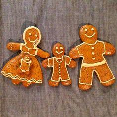 Nálunk idén karácsonykor ez a családi fotó. :) . . . . . . . #gyerekkelazélet #egyszerű #lassuljle #tudatosság #vidékiélet #karácsony #kismama #kismamavagyok #várandósság #tél #otthon  #mik #magyarinstagram #magyarinsta #debrecen #anyavagyok #anyaleszek #slowparenting #advent #mézeskalács #mézes #mutimiteszel #mutimitsütsz #karácsonyi #család #tudatoséletmód #tudatos #ünnep #hangulat #agyerekmellett Gingerbread Cookies, Advent, Desserts, Gingerbread Cupcakes, Tailgate Desserts, Deserts, Postres, Dessert, Plated Desserts