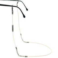 Bei diesem Brillenband wurde feinstes gesäumtes Nappaleder mit Kettenelementen in Antik-Silber kombiniert. Auch hier: die typischen Tubes mit den VONERNST