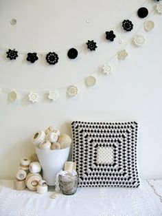 Crochet garlands and granny square cushion - I love everything in this photo Crochet Afghans, Crochet Diy, Crochet Cushions, Crochet Home Decor, Modern Crochet, Crochet Pillow, Love Crochet, Crochet Granny, Crochet Motif