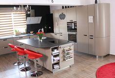 Стильная кухня в спокойных коричневых тонах с акцентами красного