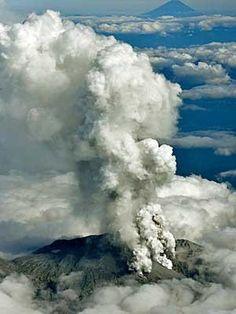 Fumaça e cinzas formam uma coluna gigantesca. (Foto: Kyodo / Reuters)