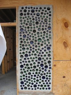 The Upside of a Downturn: Bottle walls at Northeast Georgia Earthship Wine Bottle Wall, Bottle House, Bottle Art, Maison Earthship, Earthship Home, Earthship Design, Cordwood Homes, Eco Buildings, Recycled Bottles