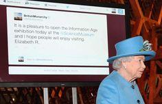 """Ratu Elizabeth II dari Inggris akhirnya mulai memanfaatkan jejaring sosial Twitter dan menuliskan """"kicauan"""" pertamanya di akun @BritishMonarchy, Jumat siang waktu Inggris.Beritanya di http://on-msn.com/10trRh4"""