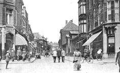 Arnhem: Een mooie sfeerfoto van de Hommelseweg, gefotografeerd vanaf de kruising met de Sonsbeeksingel. De onbekende fotograaf staat met zijn camera onder het spoorviaduct Hommelsepoort. 1922