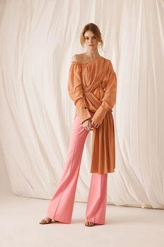 Guarda la sfilata di moda Adeam a New York e scopri la collezione di abiti e accessori per la stagione Pre-collezioni Primavera Estate 2018.